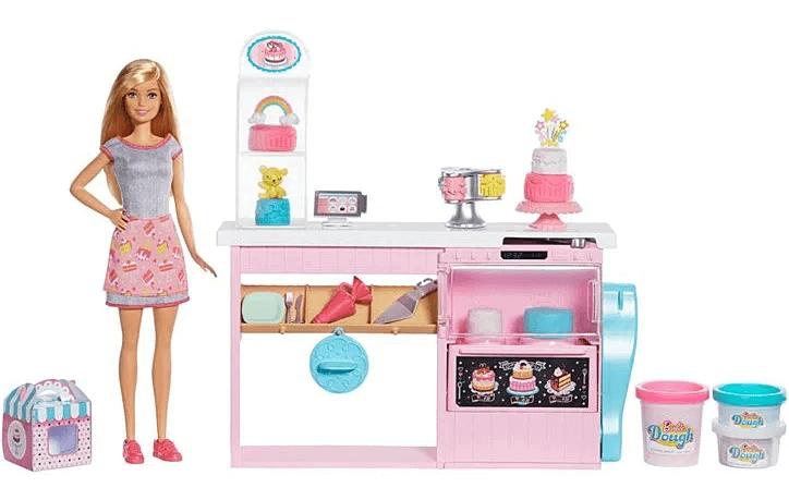Barbie confeiteira em cozinha de confeitaria com muitos utensilios de confeitaria. Caixa para vender o bolo, massinha de modelar para fazer os doces, texturizador para os fondant dos bolos , saco de confeiteiro e espatula para servir o bolo. Além de prato de base alta para apresentar o bolo.