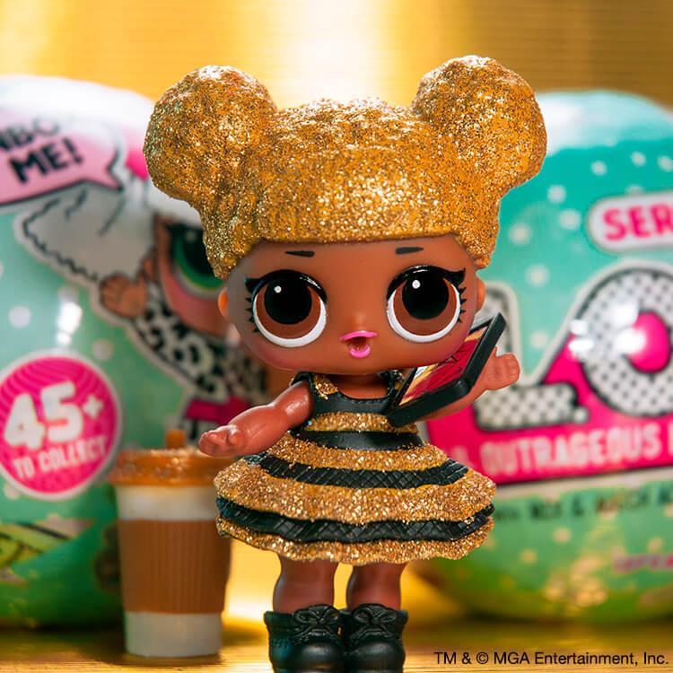 Boneca LOL Surprise Queen Bee, cabelos dourados com vestido com estampa de abelha dourada e preta na frente de duas bolas de LOL  azuis claro