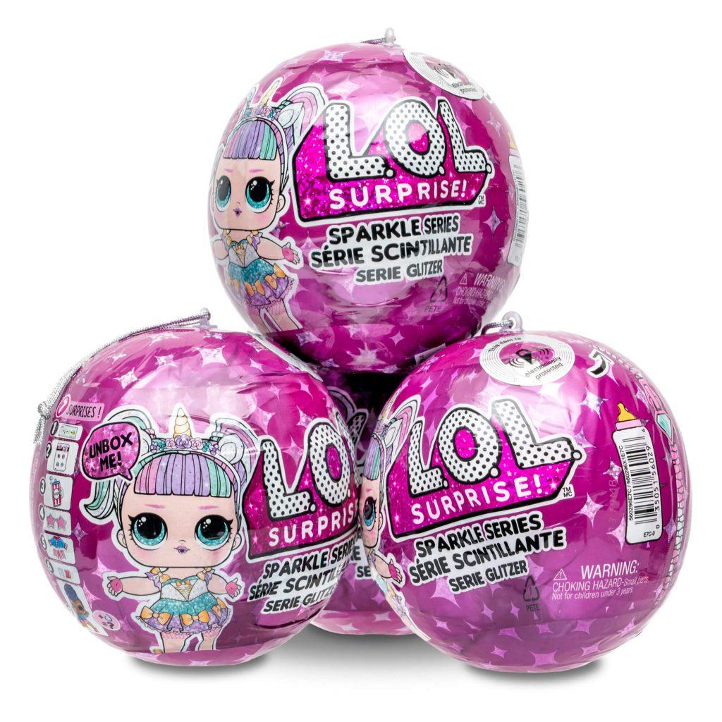 3 bolas de LOL Surprise roxas emplilhadas em fundo branco