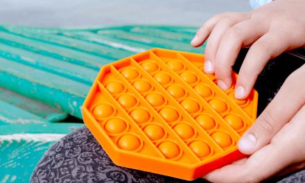 3 opções de Pop It colorido para as crianças relaxarem